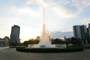 広島平和記念公園前の祈りの泉と朝日の写真素材 [FYI04873997]