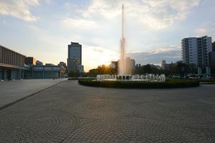 広島平和記念公園前の祈りの泉と朝日の写真素材 [FYI04873998]