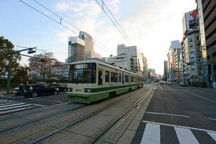 広島市の街並み 早朝の相生通りと市内電車の写真素材 [FYI04874000]