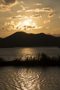 西の湖夕景の写真素材 [FYI04874047]