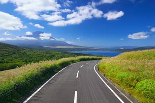 東京オリンピック自転車ロードレースコースの道と富士山と山中湖の写真素材 [FYI04874106]
