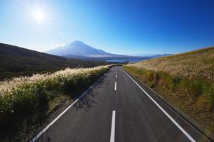 東京オリンピック自転車ロードレースコースの道と富士山と山中湖の写真素材 [FYI04874108]