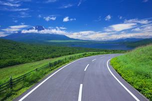 東京オリンピック自転車ロードレースコースの道と富士山と山中湖の写真素材 [FYI04874110]