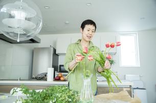 花を飾る女性の写真素材 [FYI04874128]