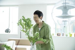 花を飾る女性の写真素材 [FYI04874131]