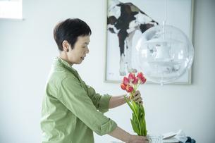 花を飾る女性の写真素材 [FYI04874134]