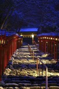 貴船神社 早朝の雪景色の参道と春日灯籠の写真素材 [FYI04874172]