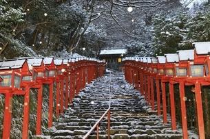 貴船神社 早朝の雪景色の参道と春日灯籠の写真素材 [FYI04874176]