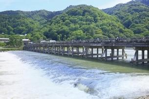 新緑の嵐山と渡月橋の写真素材 [FYI04874233]