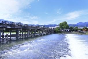 新緑の嵐山と渡月橋の写真素材 [FYI04874234]