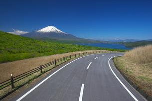東京オリンピック自転車ロードレースコースの道と富士山と山中湖の写真素材 [FYI04874236]