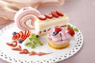 ケーキ3点盛の写真素材 [FYI04874331]