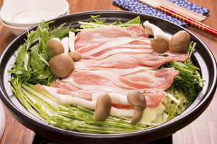 キャベツと豚肉の酒蒸しの写真素材 [FYI04874355]