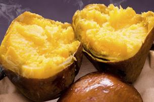 安納芋の焼き芋の写真素材 [FYI04874361]