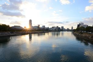 広島市の街並みと太田川(本川)日の出の写真素材 [FYI04874392]
