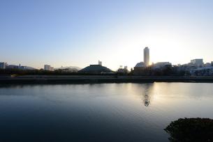 広島市の街並みと太田川(本川)日の出の写真素材 [FYI04874393]