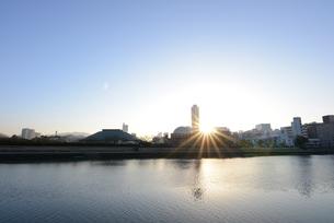 広島市の街並みと太田川(本川)日の出の写真素材 [FYI04874394]