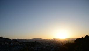 広島市の街並み展望と朝日の写真素材 [FYI04874396]