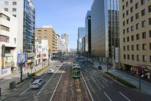 広島市鯉城通りの市内電車とビジネス街の写真素材 [FYI04874399]