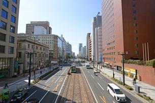 広島市鯉城通りの市内電車とビジネス街の写真素材 [FYI04874401]