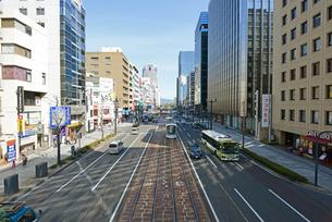 広島市鯉城通りの市内電車とビジネス街の写真素材 [FYI04874402]