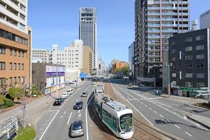 広島市鷹野橋より市内電車と街並みの写真素材 [FYI04874403]