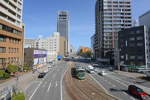 広島市鷹野橋より市内電車と街並みの写真素材 [FYI04874405]