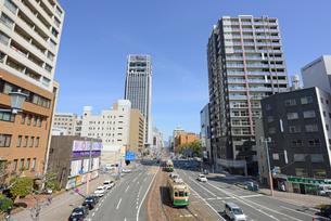 広島市鷹野橋より市内電車と街並みの写真素材 [FYI04874408]