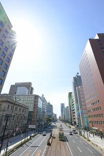 広島市鯉城通りの街並みと市内電車の写真素材 [FYI04874410]