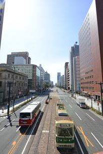 広島市鯉城通りの街並みと市内電車の写真素材 [FYI04874411]