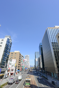 広島市鯉城通りの街並みと市内電車の写真素材 [FYI04874412]