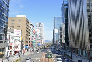 広島市鯉城通りの街並みと市内電車の写真素材 [FYI04874414]