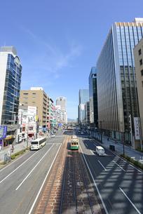 広島市鯉城通りの街並みと市内電車の写真素材 [FYI04874416]