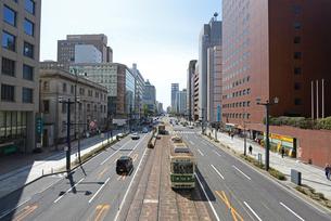 広島市鯉城通りの街並みと市内電車の写真素材 [FYI04874417]