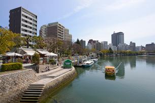 広島市元安川畔の町並みとリバークルーズ船の写真素材 [FYI04874422]