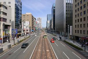 広島市鯉城通りの街並みと市内電車の写真素材 [FYI04874426]