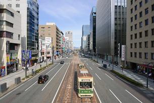 広島市鯉城通りの街並みと市内電車の写真素材 [FYI04874428]