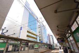 広島市紙屋町西電停にて市内電車と街並みの写真素材 [FYI04874435]