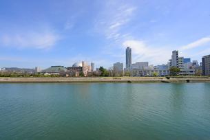 太田川(本川)と広島市の街並みの写真素材 [FYI04874436]
