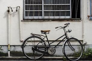 古い自転車のある風景の写真素材 [FYI04874561]
