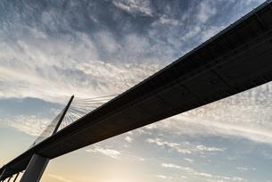 荒津大橋を見上げるの写真素材 [FYI04874562]