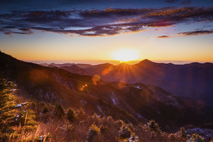 眩しい朝日が昇る冬の四国カルストの写真素材 [FYI04874567]