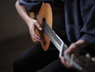 ギターを弾く人の写真素材 [FYI04874624]