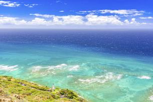【ハワイ オアフ島】ダイヤモンドヘッドから見る南国の青い海の写真素材 [FYI04874639]