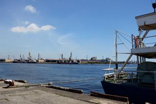 青空の福山港と工業地帯の写真素材 [FYI04874693]