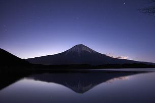 田貫湖からの夜明けの写真素材 [FYI04874811]