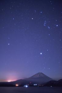 本栖湖からの夜景の写真素材 [FYI04874843]