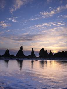 橋杭岩からの日の出の写真素材 [FYI04874867]