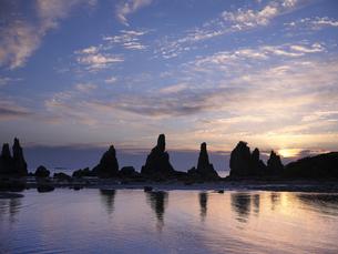 橋杭岩からの日の出の写真素材 [FYI04874868]