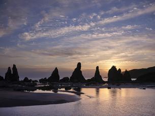 橋杭岩からの日の出の写真素材 [FYI04874869]